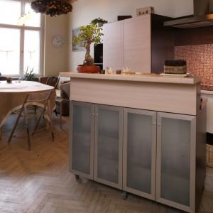Główna kreatorka przestrzeni – ruchoma wyspa kuchenna. Gdy we wnętrzu brakuje miejsca, po prostu wyjeżdża do innego pomieszczenia. Fot. Monika Filipiuk.