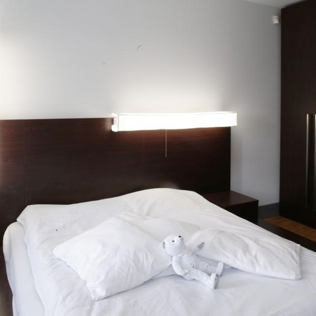 Wystrój sypialni dla minimalistów: biel i czekolada
