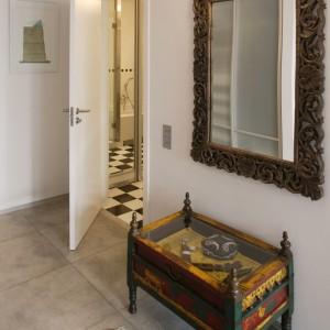 Ścianę zdobi lustro w pięknie rzeźbionej, postarzanej ramie. Fot. Monika Filipiuk.