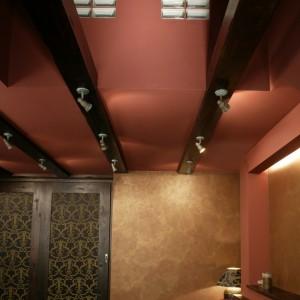 Sklepienie sufitu, wzbogacone o postarzane belki, to bezpośrednie odwołanie do architektury wiekowych budowli. Fot. Monika Filipiuk.