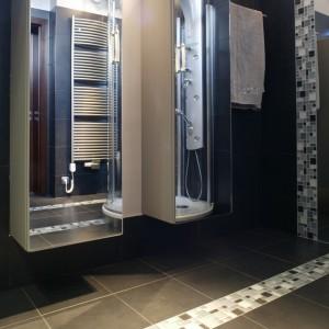 """Wanna zdecydowanie nie pasowałaby do tej dynamicznej przestrzeni. Stąd kabina prysznicowa, wyposażona w panel natryskowo-masażowy (""""Axor Pharo"""", Hansgrohe). Fot. Monika Filipiuk."""