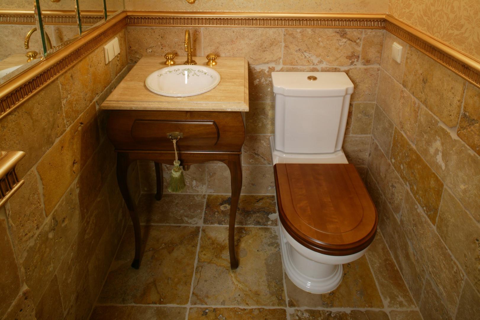 W gościnnej łazience zmieściły się tylko umywalka i sedes. Wystrój nawiązuje do francuskiego baroku, stylu w którym jest urządzona cała rezydencja. Fot. Monika Filipiuk.