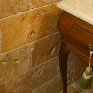 Dolne fragmenty ścian oraz posadzkę pokrywają niezwykłe kamienne kafle, stylizowane na stare mury dawnych szlacheckich siedzib. Fot. Monika Filipiuk.