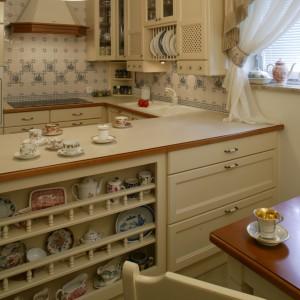 Kruche naczynia, które nie tylko są elementem dekoracyjnym (używane są bowiem w czasie codziennych posiłków), mają swoje specjalne miejsce. Ustawiono je na  wyspie kuchennej, na półeczkach ze specjalnymi rzeźbionymi poręczami. Fot. Monika Filipiuk.