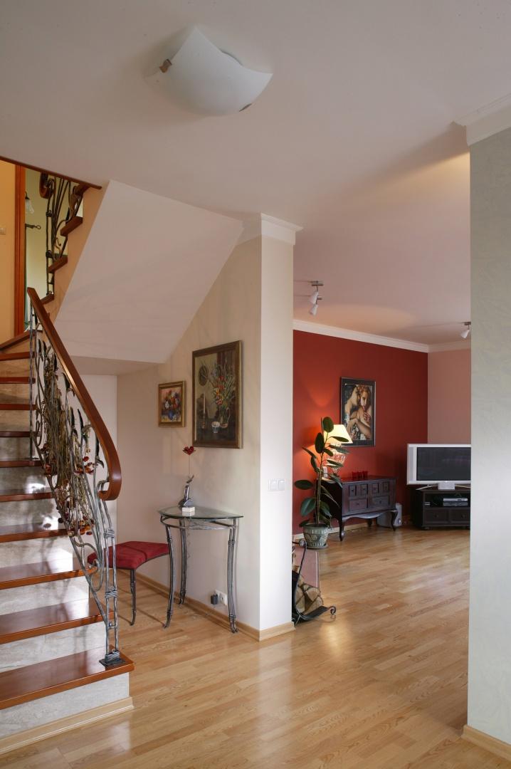 """Hol i prowadzące na piętro schody, tworzą swoistą enklawę. W strefie tej klasyka została zaadaptowana do współczesnych wymagań architektonicznych. O stylu tego miejsca """"decyduje"""" gięta balustrada ze starego rycerskiego srebra. Fot. Tomek Markowski."""