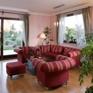 Szerokie, przesuwne drzwi oddzielają wnętrze salonu od ogrodu – pachnącego latem lub otulonego białym złotem mroźną zimą. Strefa wypoczynkowa obfituje w mnóstwo zielonych akcentów. Odpoczywając na sofie, można cieszyć się towarzystwem roślin domowych. Fot. Tomek Markowski.