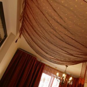 Półtransparentny baldachim, ozdobiony złotym ornamentem, przemienia małżeńską sypialnię w orientalną komnatę. Dzięki zwiewnym tkaninom wnętrze nabiera baśniowego charakteru. Fot. Monika Filipiuk.