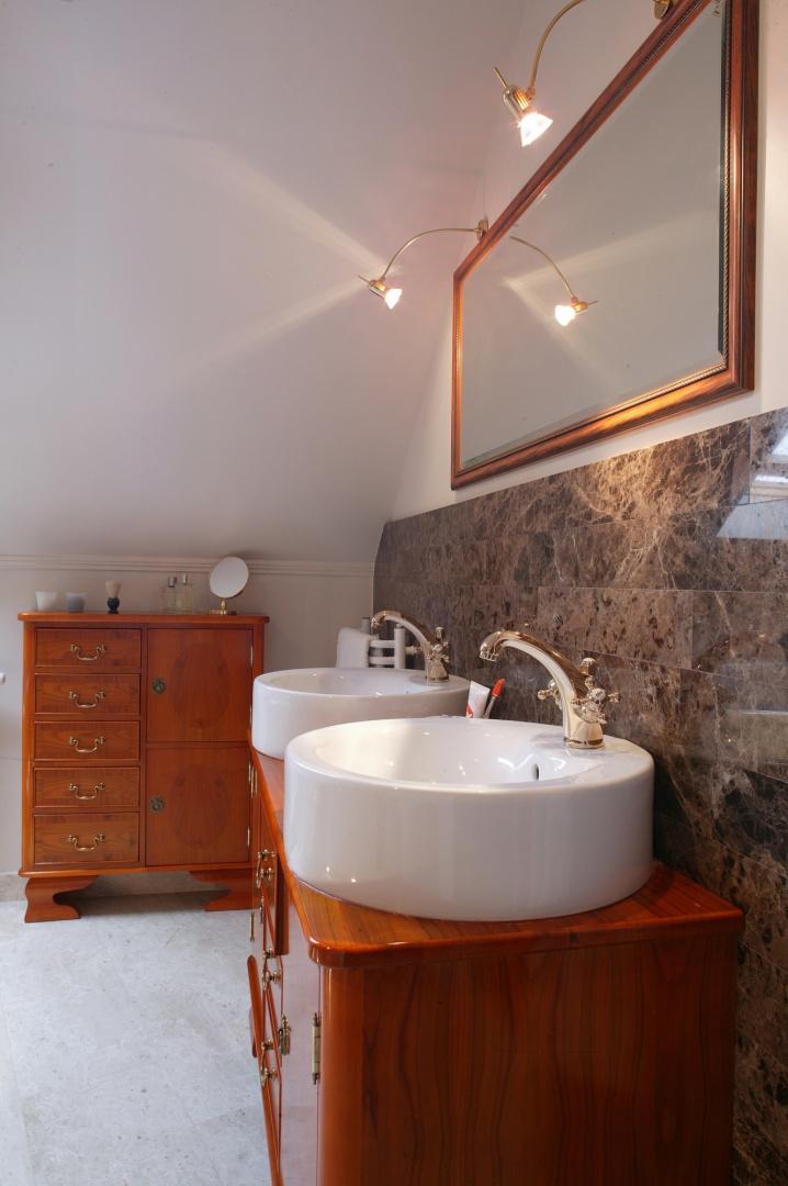 W tak wytwornej sypialni nie mogło oczywiście zabraknąć łazienki z umieszczoną w centralnej części wanną