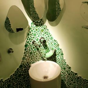Zarówno trzy tafle lustra, jak i szklane półki, nawiązują do obłych kształtów mozaiki Giaretta Italia. Fot. Tomasz Markowski.