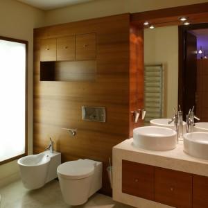 We wnętrzu salonu kąpielowego dominują geometryczne kształty. Prostym, geometrycznym formom towarzyszą szlachetne materiały: drewno, marmur. Fot. Tomasz Markowski.