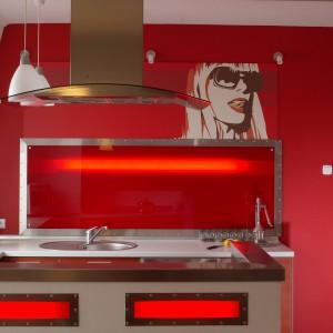 Zastosowane rozwiązanie jest dobrym przykładem, jak w oryginalny sposób można zastąpić tradycyjną glazurę kuchenną. Fot. Tomasz Markowski.