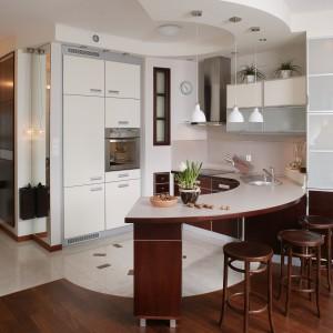 Brąz i wanilia to kolory, które dominują nie tylko w samej kuchni, ale też w całym mieszkaniu. Dzięki temu rozwiązaniu nie zauważa się drastycznych podziałów i różnic pomiędzy strefami użytkowymi. Fot. Tomasz Markowski.