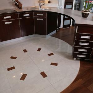 Podłoga w części kuchennej to jednoznaczne odwołania do filiżanki gorącej kawy z mnóstwem pianki, a inserty z egzotycznego drewna to nic innego, jak płatki delikatnej czekolady. Fot. Tomasz Markowski.