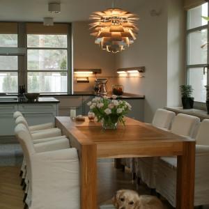 Chłodny, minimalistyczny charakter prezentowana kuchnia zawdzięcza m.in. kolekcji mebli zaprojektowanych przez Bulthaup. Fot. Tomasz Markowski.