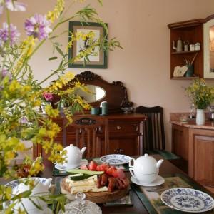 Tak zbudowana przestrzeń kuchni jest idealna do wspólnego, rodzinnego biesiadowania. Fot. Tomasz Markowski.