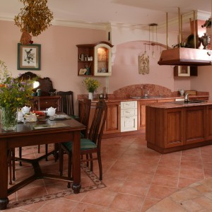 Meble zostały skomponowane z płytkami i mozaiką podłogową oraz marmurowymi blatami i okładzinami. Fot. Tomasz Markowski.