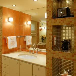 Z kolorem pomarańczowym świetnie się komponują pastelowe szafki przykryte granitowym blatem. Fot. Marcin Łukaszewicz.