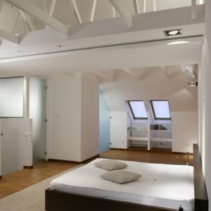 Belki stropowe to w tym wysokim wnętrzu nie tylko konieczny element konstrukcyjny, ale także niesamowita dekoracja. Świetnie współgra z nowoczesnym stylem aranżacji. Fot. Bartosz Jarosz.
