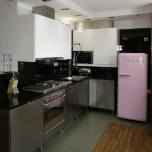 """Cały komplet mebli kuchennych wraz z wyposażeniem pochodzi z Ikei. Elementem """"z zupełnie innej bajki"""" jest wolno stojąca różowa lodówka marki Smeg. Fot. Bartosz Jarosz."""