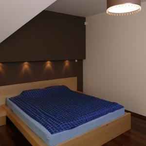 Sypialnia jest jak przytulna kryjówka. Głównie za sprawą naturalnych materiałów i wyciszonej kolorystyki – drewniana podłoga (merbau), małżeńskie łoże, wykonane przez stolarza z drewna klonowego. Fot. Bartosz Jarosz.