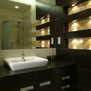 Gościnna łazienka (z kabiną prysznicową, z której czasem korzystają też gospodarze) nie odbiega swoją kolorystyką od reszty mieszkania. Fot. Bartosz Jarosz.