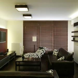 Elegancki charakter ciemnych mebli, pogłębia podłoga wyłożona palisandrem o bogatym, mieniącym się ubarwieniu oraz drewniane żaluzje w czekoladowym kolorze. Fot. Bartosz Jarosz.