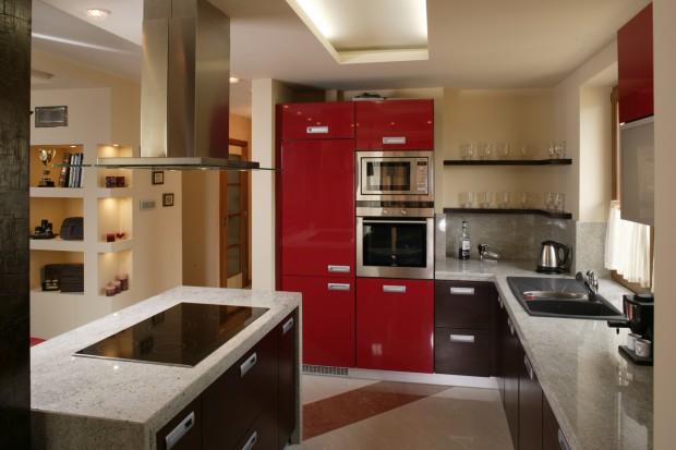 Czerwone meble w kuchni: pomysł na nowoczesną aranżację wnętrza