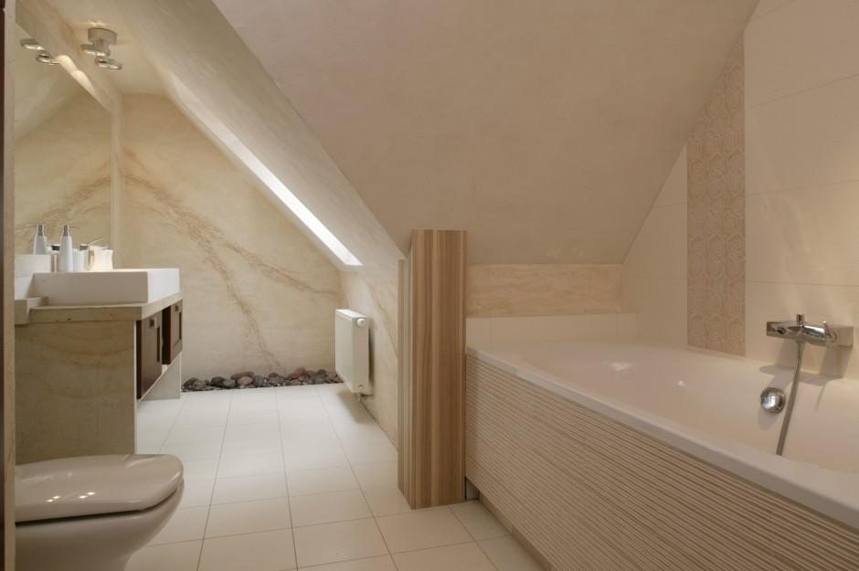 Jasna, przytulna łazienka...  Łazienka pod dachem: jak poradzić sobie ze skosami