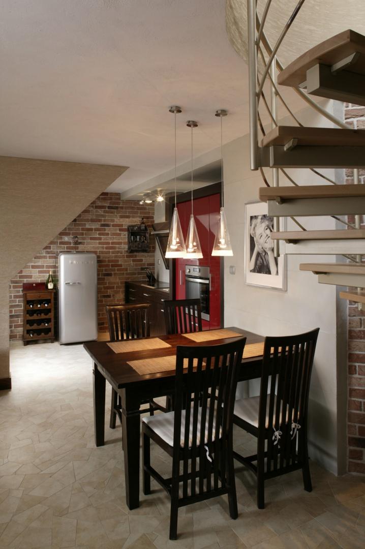 Przy urządzaniu mieszkania wykorzystano przede wszystkim naturalne materiały, zastosowano też stonowaną, nawiązującą do natury paletę barw. Fot. Bartosz Jarosz.