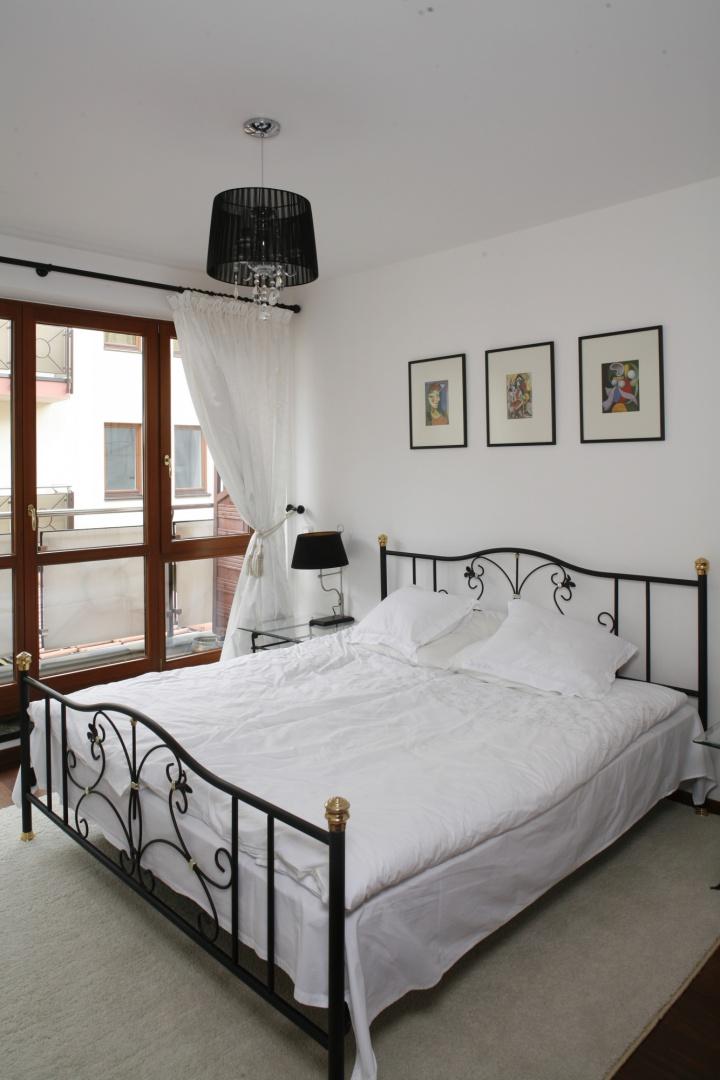 Ozdobne, sprowadzone aż z Hiszpanii łóżko, to bardzo smakowita dominanta sypialni. Fot. Bartosz Jarosz.