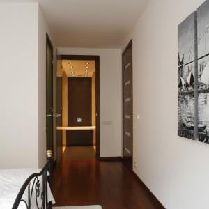 Białe są ściany i sufit, biała – pościel, zasłony w oknie, a nawet dywan. Fot. Bartosz Jarosz.