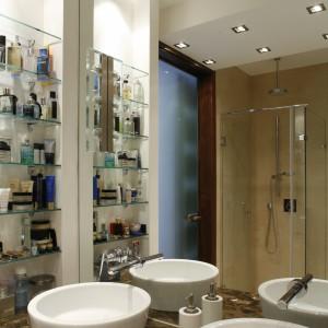 Na szklanych półkach mieszczą się używane na co dzień kosmetyki i przybory. Dla pozostałych jest miejsce w obszernej szafce podumywalkowej. Fot. Bartosz Jarosz.