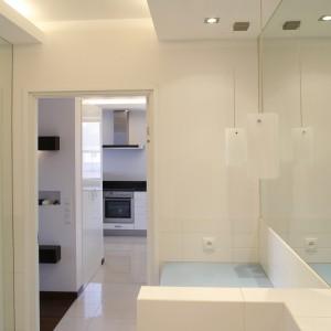 """Z tej perspektywy doskonale widać, że w łazience zastosowano aż trzy różne rodzaje oświetlenia: lampki wiszące przed lustrem,  halogeny w suficie i świetlówki umieszczone w dekoracyjnym kwadracie, """"wykrojonym"""" w suficie. Fot. Bartosz Jarosz."""