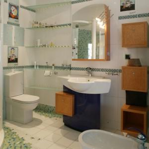 Wnętrze ze wszystkimi atrybutami łazienki. Poza sześcianami szafek nic nie nie zdradza jej połączenia z sypialnią. Fot. Bartosz Jarosz.