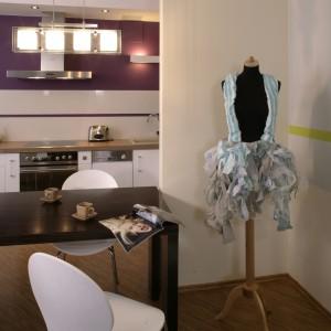 W innym kącie pokoju , przy ściance symbolicznie oddzielającej salon od kuchni, stanął manekin ubrany w suknię projektu gospodyni, która – jak widać – ma artystyczne zainteresowania. Fot. Monika Filipiuk.