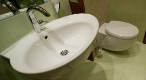 Mała łazienka rodzinna może być wygodna i nieschematyczna. Tak jak  prezentowane wnętrze, które intryguje oryginalnymi rozwiązaniami i niezwykłym klimatem wyczarowanym na zaledwie 3,4 m2.