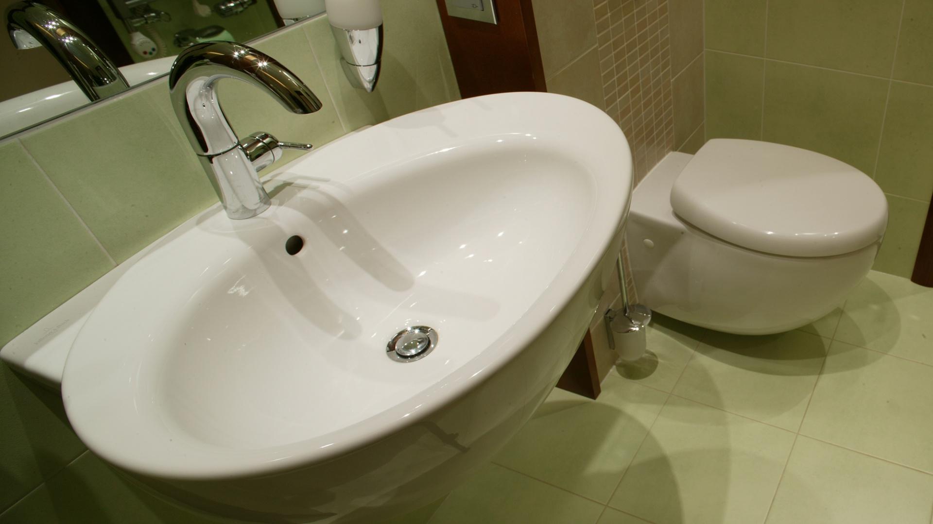 """Ceramikę sanitarną z kolekcji """"Aveo"""" firmy Villeroy and Boch wyróżniają masywne, opływowe kształty. Umywalka jest duża, dokładnie tak jak życzyli sobie inwestorzy. Fot. Tomek Markowski."""