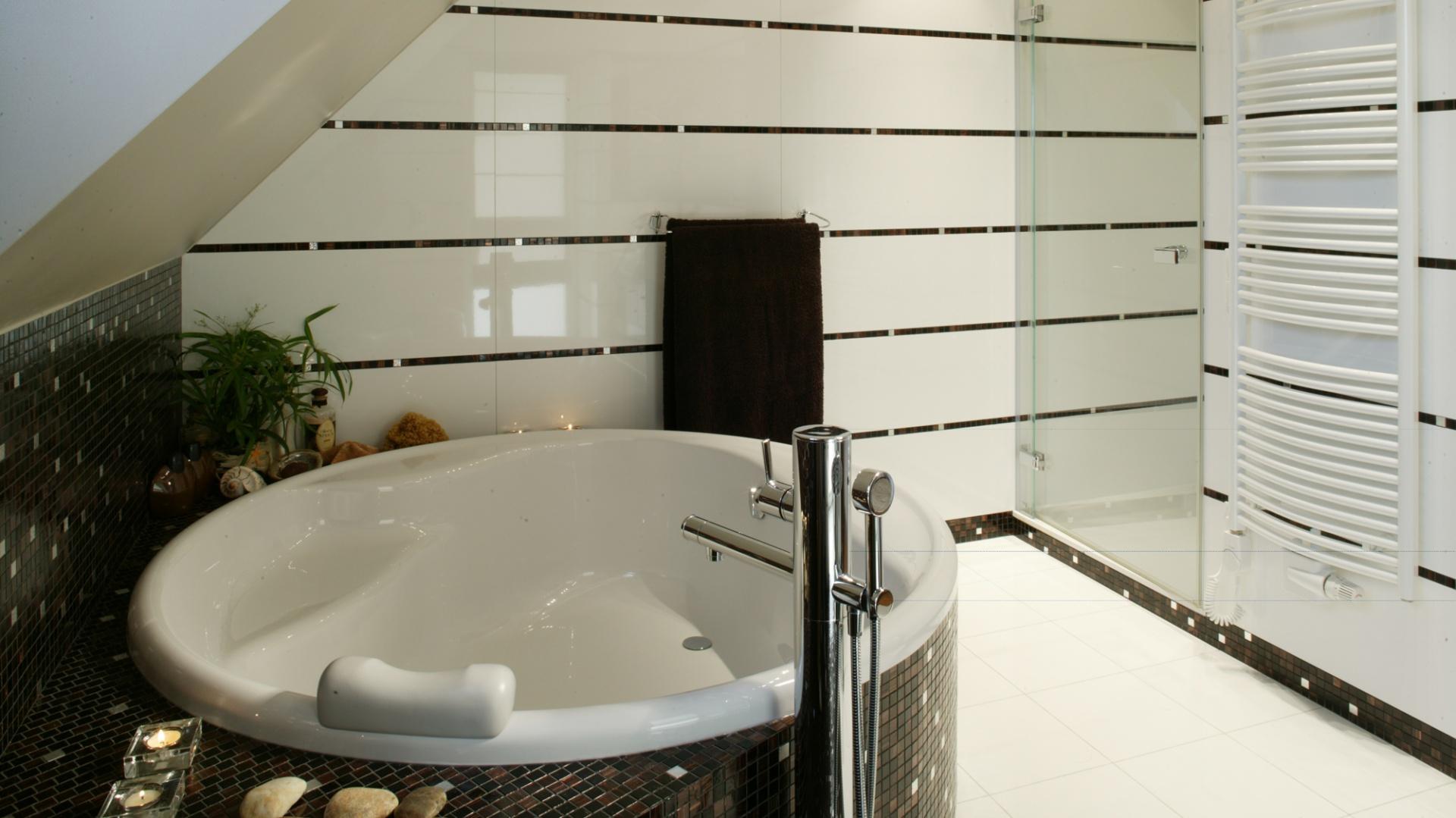 """Przestrzeń łazienki częściowo ograniczają skosy dachowe, ale ten """"kłopot"""" został rozwiązany poprzez umiejscowienie pod nimi wanny (okrągły model firmy Excellent). Fot. Monika Filipiuk."""