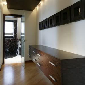 Tuż przy drzwiach umieszczono kącik toaletowy, z umywalką, opartą na szafce z kompozytu, a nieopodal wyjścia na taras – dyskretne WC. Fot. Monika Filipiuk.