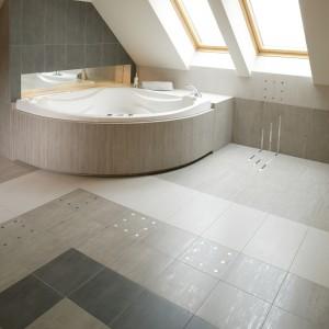 Naturalne i idealne miejsce dla wanny w łazienkach na poddaszu to strefa pod oknami połaciowymi. Pozwala zagospodarować najniższą część pomieszczenia i uatrakcyjnia pławienie się w wannie widokiem nieba. Fot. Monika Filipiuk.