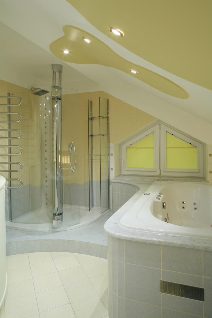 Kabina prysznicowa jest wyposażona w unikalny system drzwi uchylno-przesuwnych oraz szklany regał z półkami i drążkiem na ręcznik. Brodzik ma przykryty odpływ i antypoślizgową powierzchnię. Fot. Monika Filipiuk.