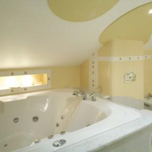 Ogromna, dwuosobowa wanna z hydromasażem  podkreśla luksusowy charakter salonu łazienkowego dla małżonków. Aurze intymności sprzyja też nastrojowe światło ozdobnej niszy. Fot. Monika Filipiuk.