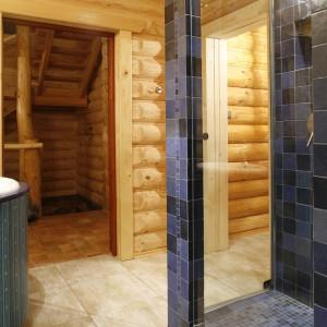 Kabina prysznicowa znajduje się tuż przy wejściu do sauny. Ze względu na fakt, iż dom z bali osiada po kilku latach, konstrukcja kabiny musiała być samonośna, umocowana do podłogi, nie mogła też dotykać ścian. Fot. Bartosz Jarosz.