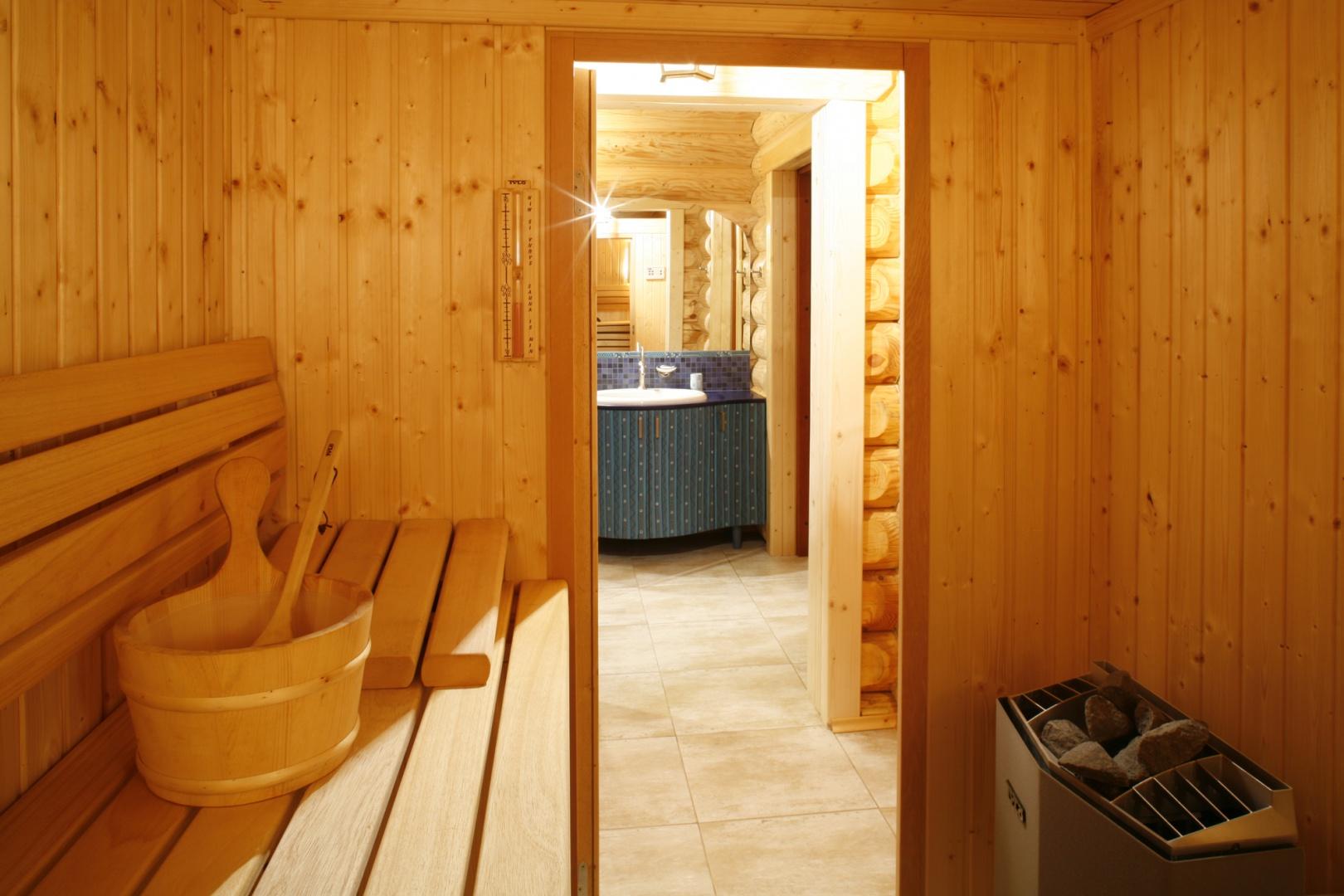 Saunę poprzedza niewielki korytarz-przebieralnia. Wnętrze sauny zbudowano z jasnych, świerkowych desek, co potęguje aurę ciepła i bliskości naturze. Fot. Bartosz Jarosz.