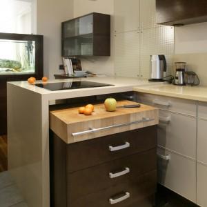 Wysuwany pomocnik to w niewielkiej kuchni mebel nie do przecenienia. Może być dodatkowym blatem roboczym albo stolikiem, a gdy nie jest potrzebny wystarczy wsunąć pod półwysep. Fot. Bartosz Jarosz.