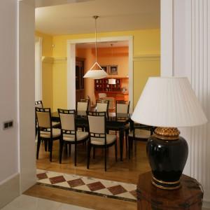 Wysokie i szerokie otwory drzwiowe są wykończone drewnem oraz dekorowane żłobkowaniami i rozetami. Do kuchni można wejść z  jadalni, salonu i holu.  Fot. Bartosz Jarosz.