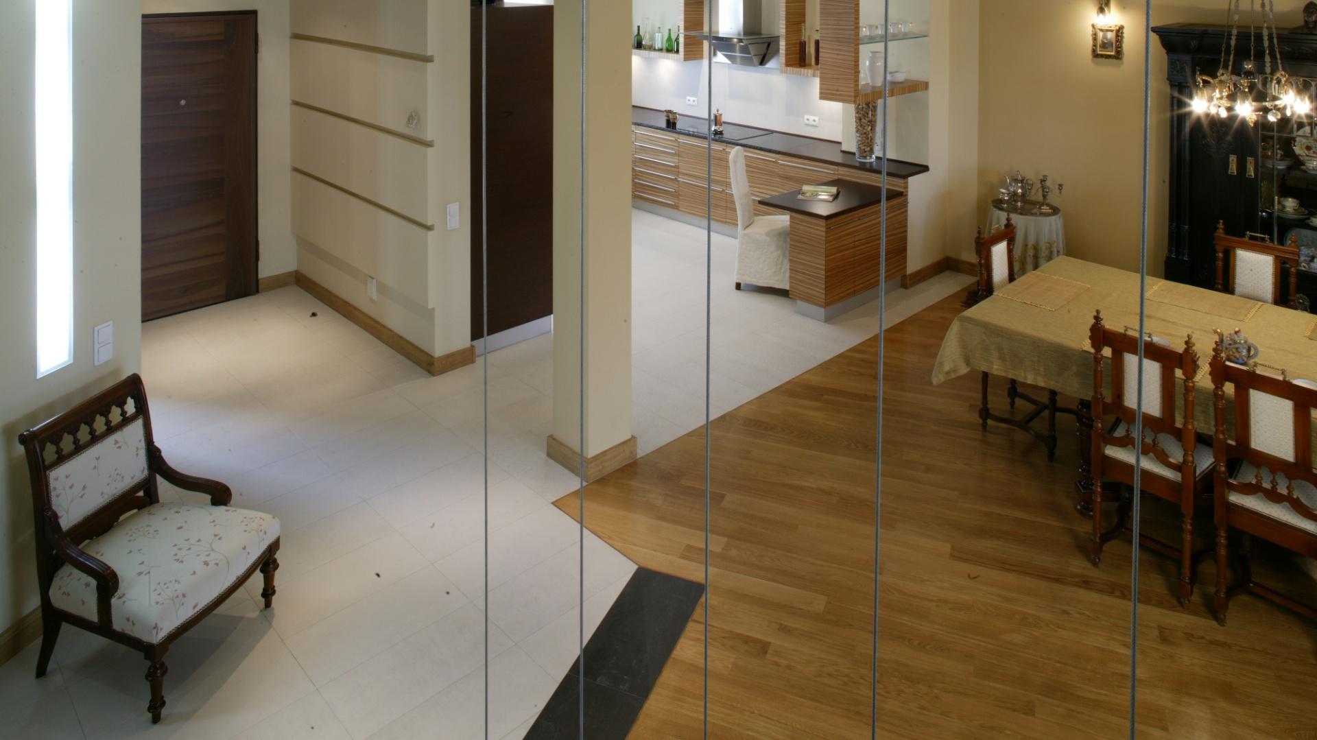 Fragment dziennej części domu widziany ze schodów wiodących na piętro. Dominuje tu przestrzeń i ciekawy eklektyzm stylów urządzenia poszczególnych zakątków. Fot. Monika Filipiuk.