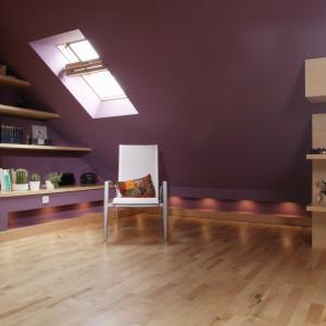 W umieszczonych nad podłogą niszach, zainstalowano punktowe światełka - efekt jest wyjątkowo dekoracyjny. Fot. Monika Filipiuk.