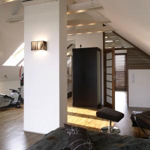 Relaks, zdrowy sen, aktywny odpoczynek. A na koniec (niekoniecznie szybki) prysznic. Łazienkę od sypialni dzielą jedynie zasłonięte drewnianymi żaluzjami drzwi. Fot. Monika Filipiuk.