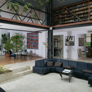 O przestrzenności pomieszczenia świadczą rozmiary kanapy. Pomieści ona kilkupokoleniową rodzinę. Fot. Tomasz Markowski.